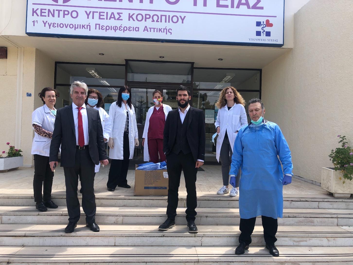 Εξοπλισμό προστασίας με ιατρικές στολές απέκτησε η ΚΕΔΚ για το προσωπικό του «Βοήθεια στο Σπίτι». Δωρεά 20 στολών και προς το Κέντρο Υγείας Κορωπίου