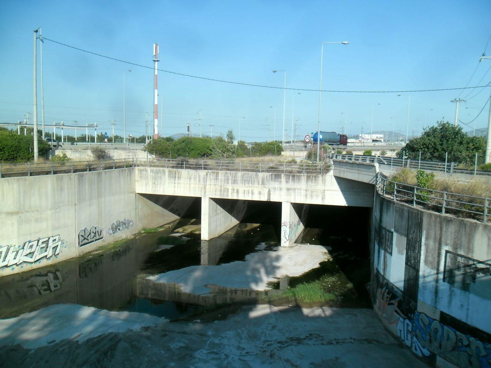 Ολοκληρώθηκαν οι πρώτες εργασίες στο βόρειο τμήμα του αντιπλημμυρικού έργου πόλεως Κορωπίου στον σταθμό Μετρό-Προαστιακού στη Λεωφόρο Μαρκοπούλου για τη σύνδεση με τη μεγάλη τάφρο αποχέτευσης Αττικής Οδού.